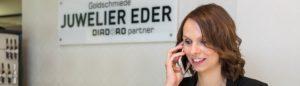 Frau Berghold mit Telefon