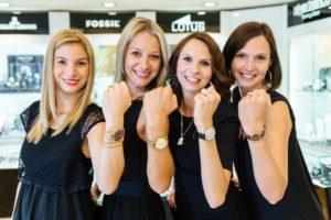 Mitarbeiterinnen bei Juwelier Eder mit verschiedenen Uhren am Handgelenk
