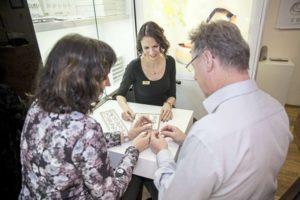 Juwelier Eder: Frau Berghold bei einer Kundenberatung für Trauringe